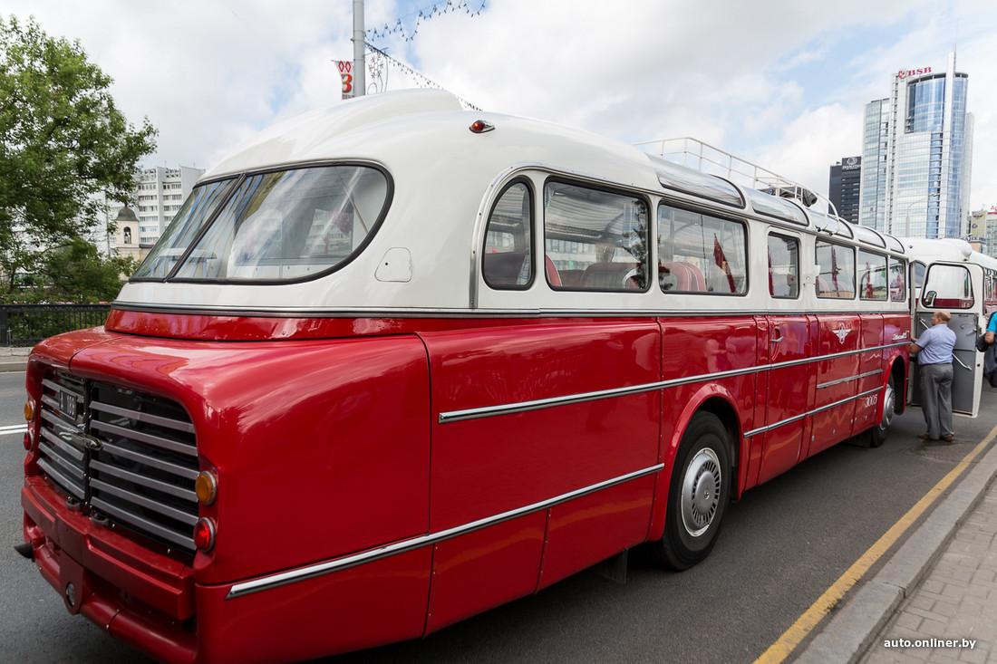 parade des autobus soviétiques à Minsk