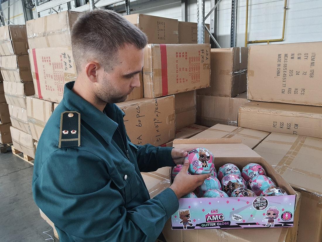 Ехали из Беларуси и маскировались под LEGO и дорогие куклы. Российская  таможня забрала 31 600 игрушек