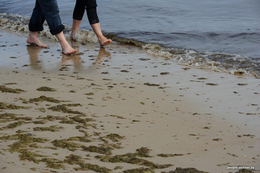 Большим жарким летом русские парни снимают девок на пляже