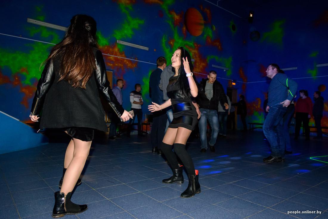 telki-realno-tantsuyut-na-diskotekah