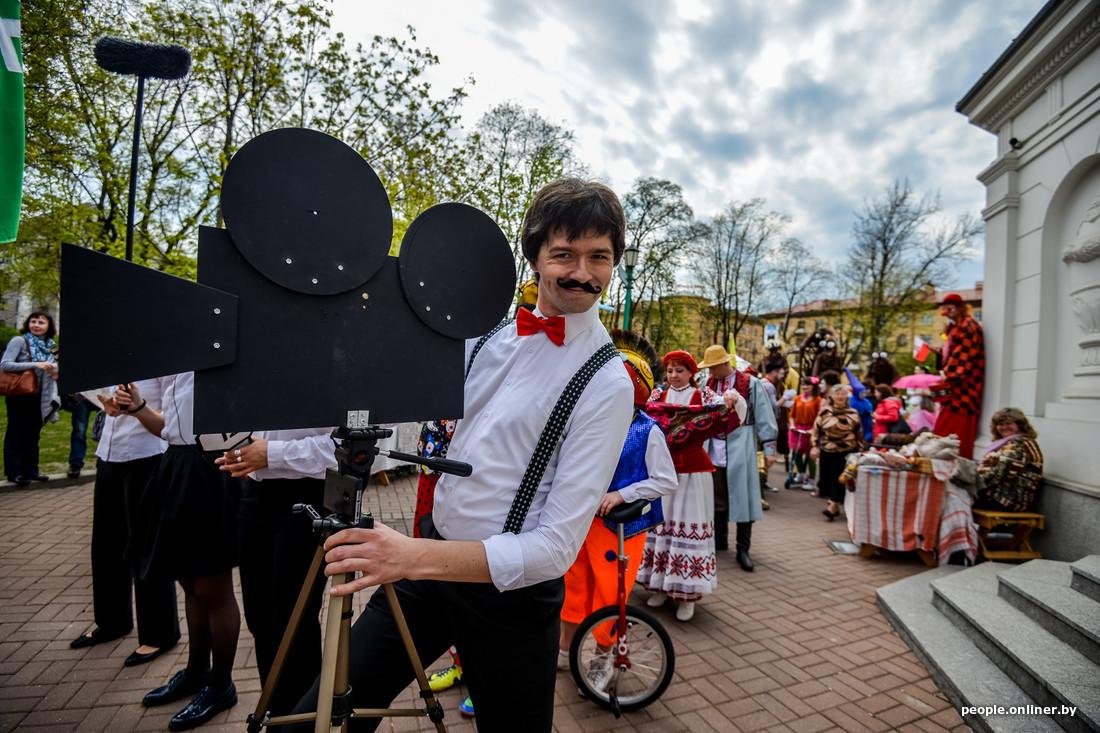 Théâtre interactif Moustache au Festival international des théâtres de la rue à Minsk Bélarus