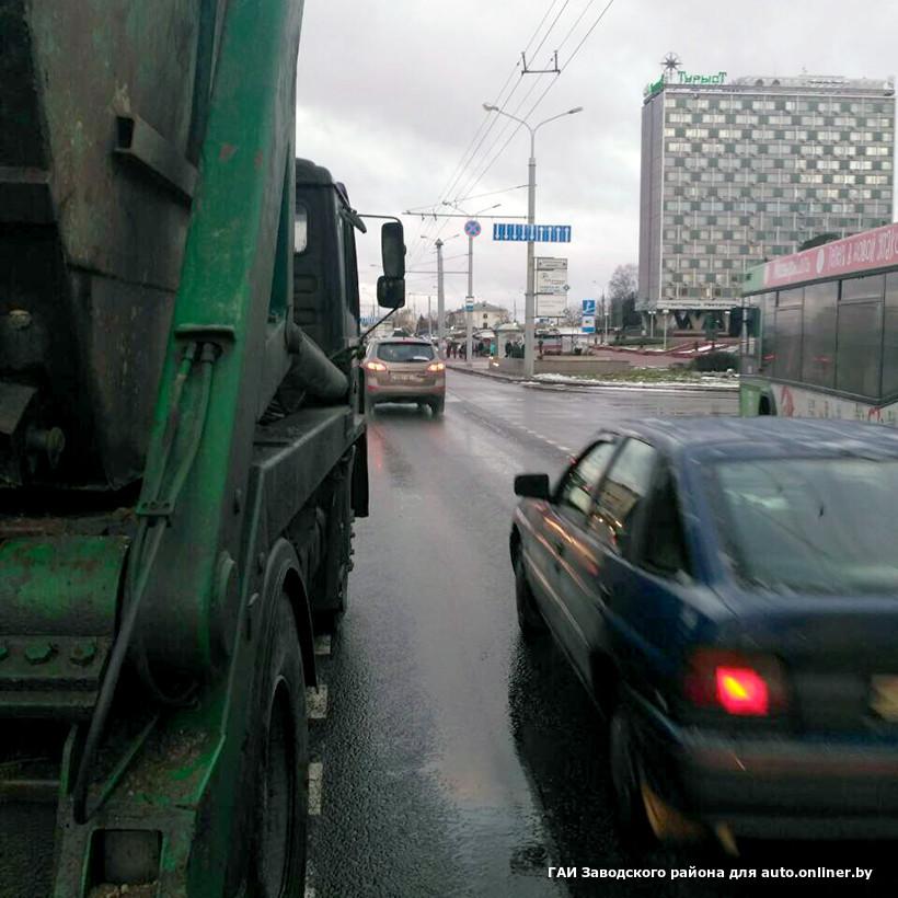 devushki-hodyat-shpilkami-po-kapotu-avto