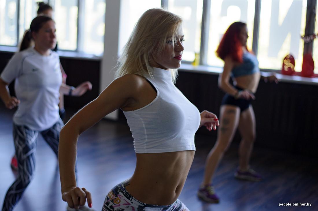 Жена дома в стрингах танцует фото 440-763