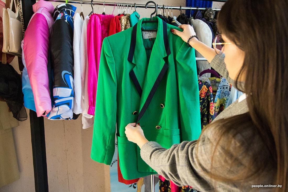 bcbdf33fd6d6 Определить точную дату создания вещи невозможно, но мы научились примерно  понимать  например, это платье из восьмидесятых, когда были в моде широкие  плечи, ...