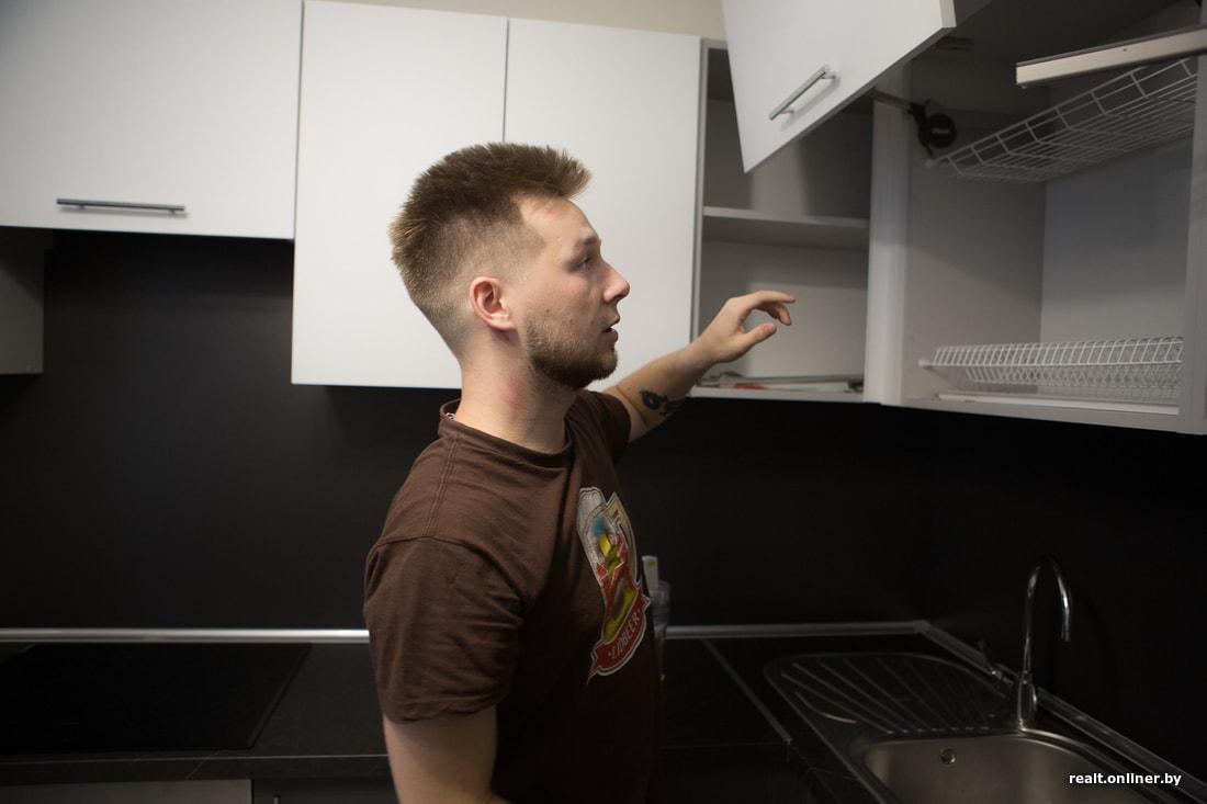 Зажал жену друга на кухне