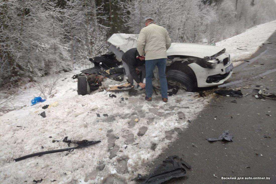 «Водитель живой, но ни слова не говорит. Машину разорвало». На трассе М1 BMW вынесло под встречную фуру