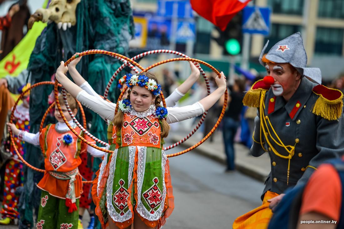 Cirque au Festival international des théâtres de la rue à Minsk Bélarus