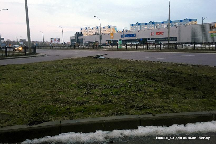 В Бресте автомобиль такси вылетел с дороги, снес знак, перепахал газон