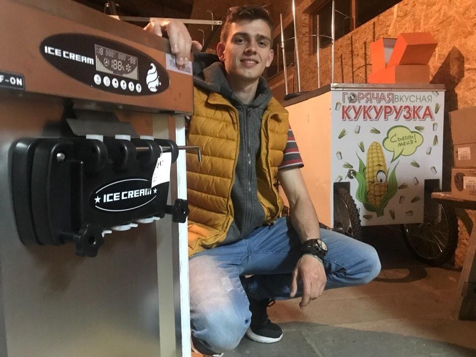 Антон с фризером для мороженого