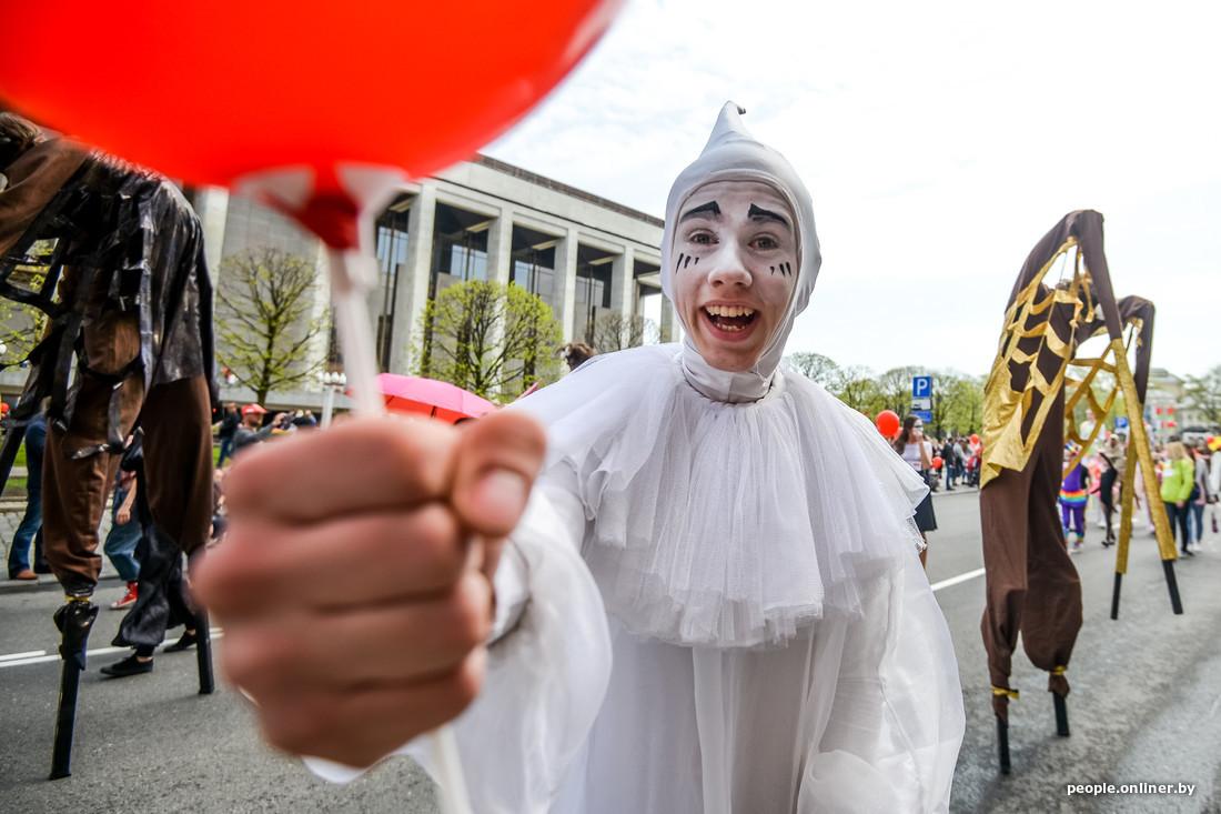 Clown au Festival international des théâtres de la rue à Minsk Bélarus
