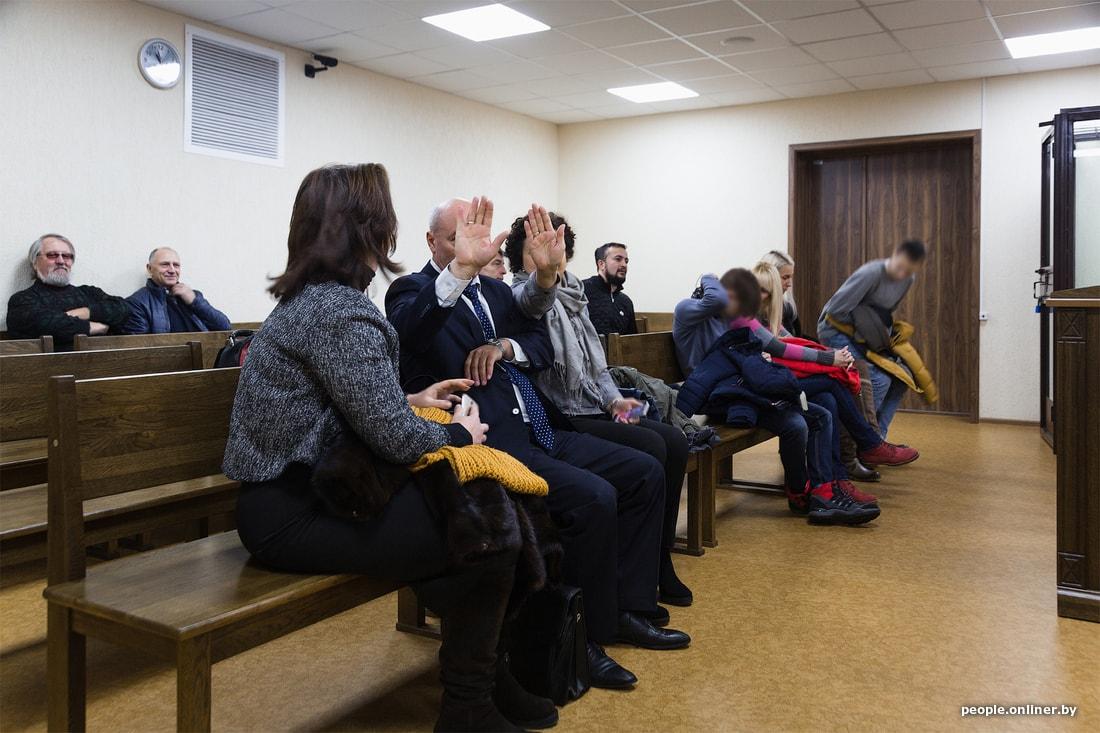 В Пинске начался суд по поводу конфликта директора школы и двух несовершеннолетних