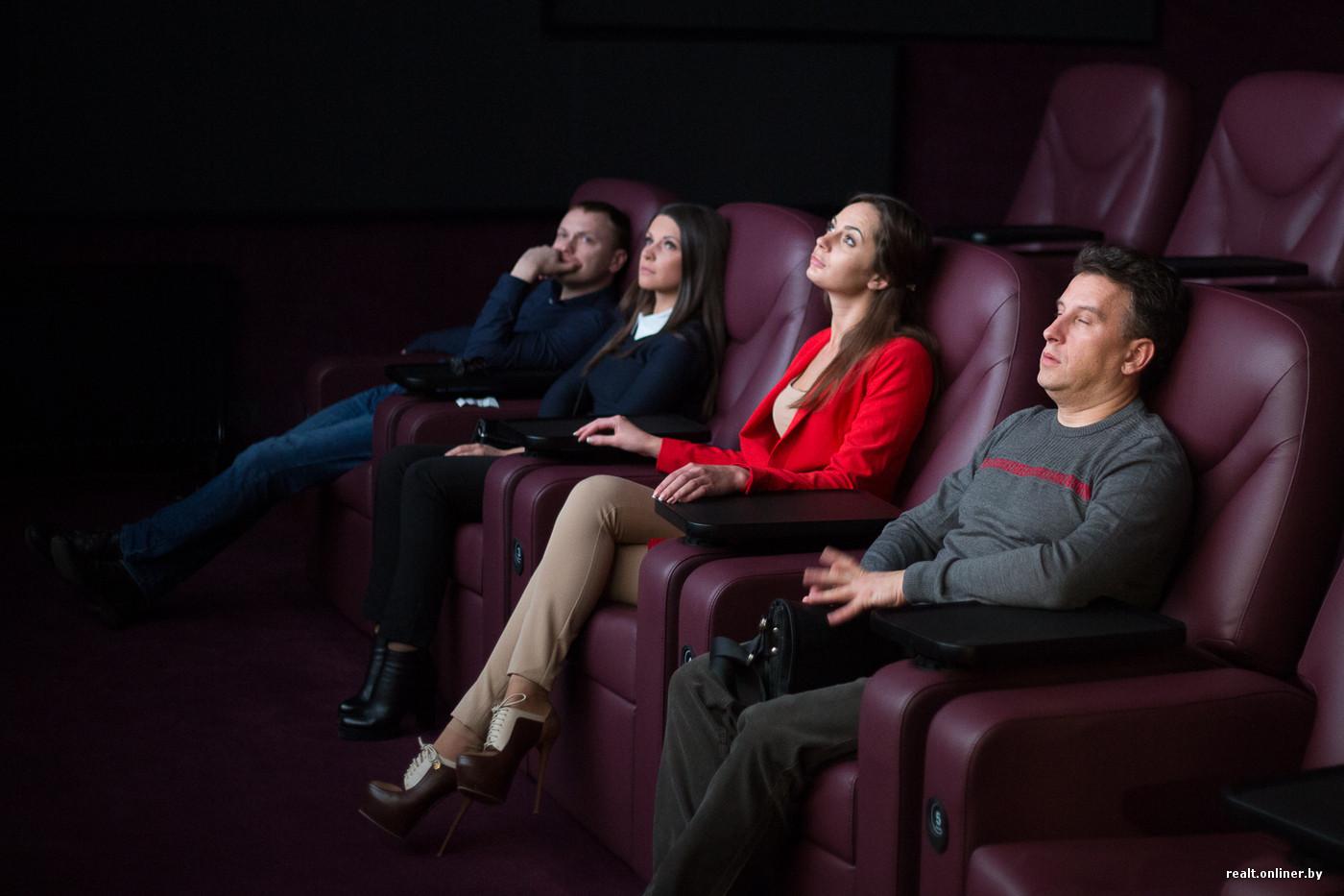 девушку тискают в кинотеатре