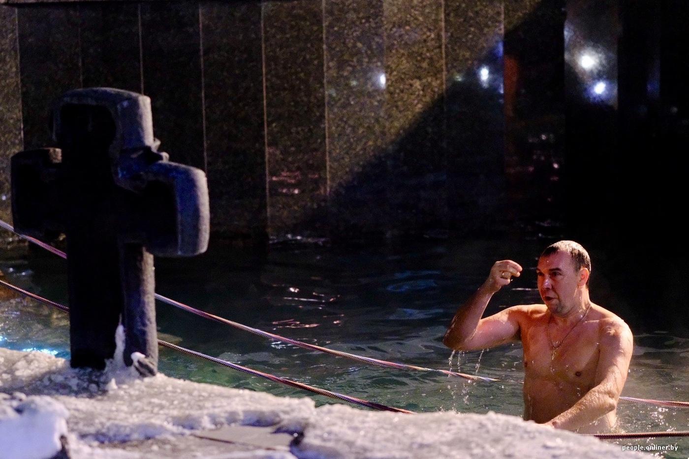 Между мокрые голые девушки водное крещение видео