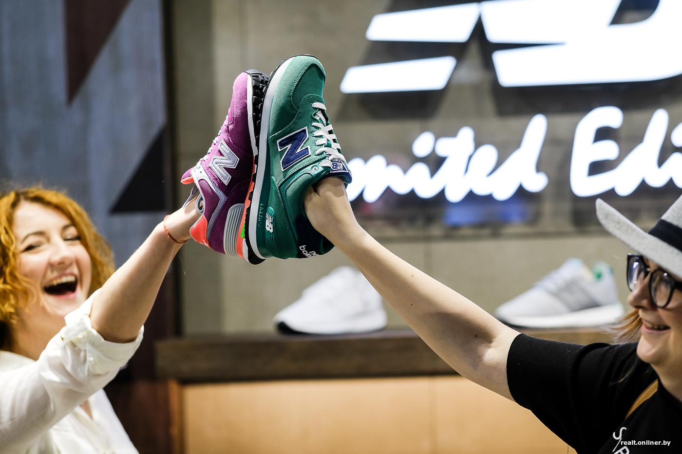 Ассортимент на момент официального открытия насчитывает более 200 моделей.  Это преимущественно кроссовки для повседневной носки, которые можно  сочетать с ... 95c7c22fec7