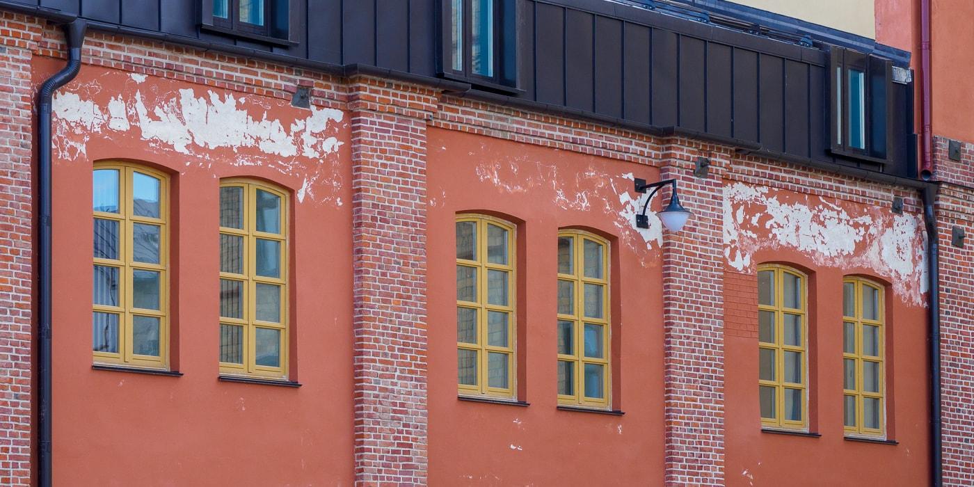 Аномальная зона? С момента реконструкции Раковского предместья прошло полгода, а одно из зданий уже «поплыло»