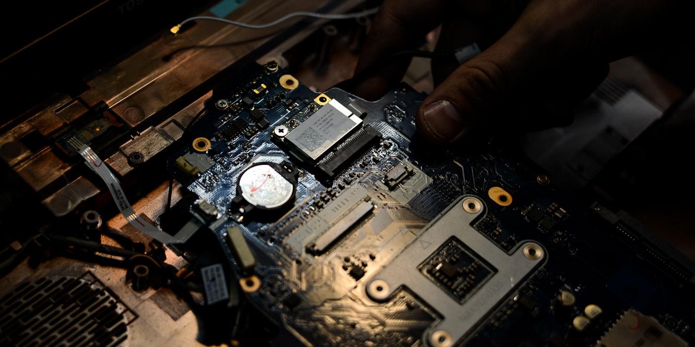 «Клиент заплатил 1700 рублей, мы перезагрузили MacBook, а сказали, что заменили материнку». Откровения из самого черного сервисного центра