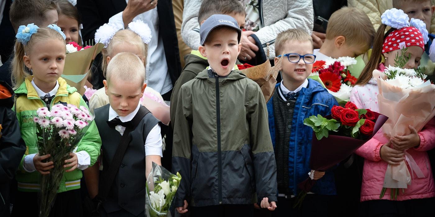 Праздник с цветами и дождем. Посмотрите, что сегодня происходит в школах(видео)