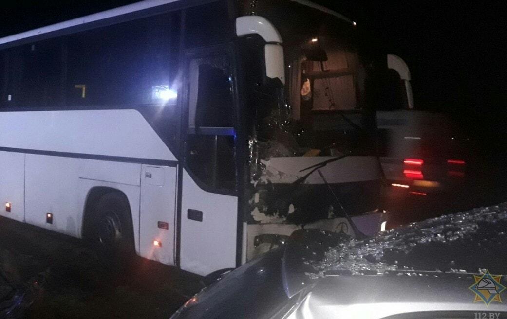 На 75-м километре трассы М1 столкнулись автобус и легковушка