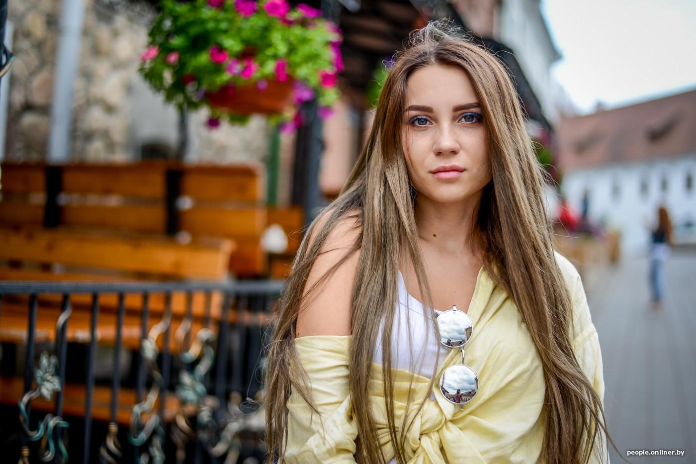 Юная девочка перед камерой попка
