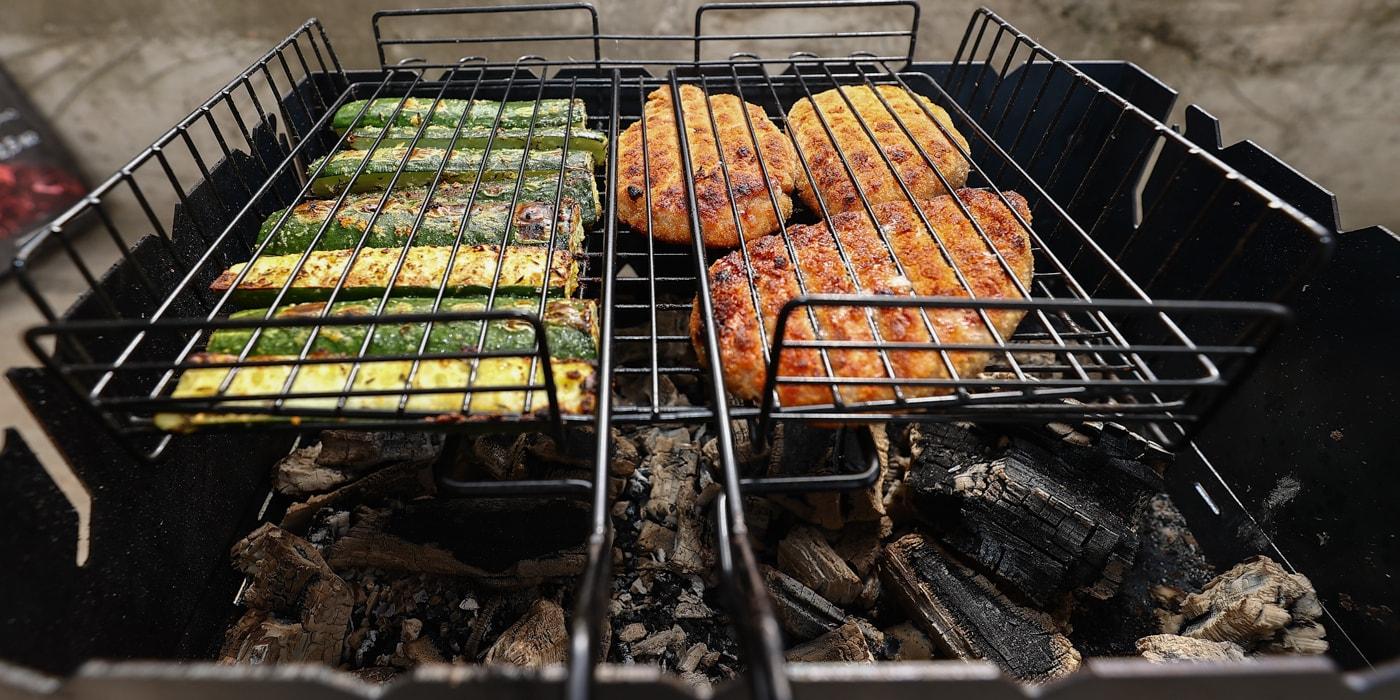 Когда все надоело: готовим на мангале огурцы, пиццу и сырые яйца на шампурах