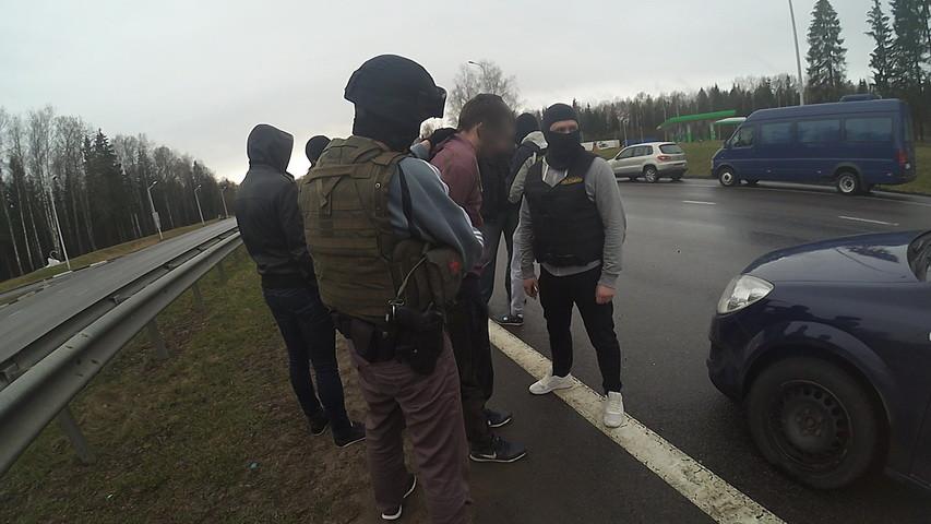 Видеофакт: бойцы СОБРа задерживают гродненца, который вез в машине 300 граммов гашиша и 205 таблеток психотропов