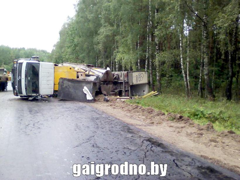 Под Новогрудком фургон насмерть сбил вышедшего издругого грузового автомобиля водителя