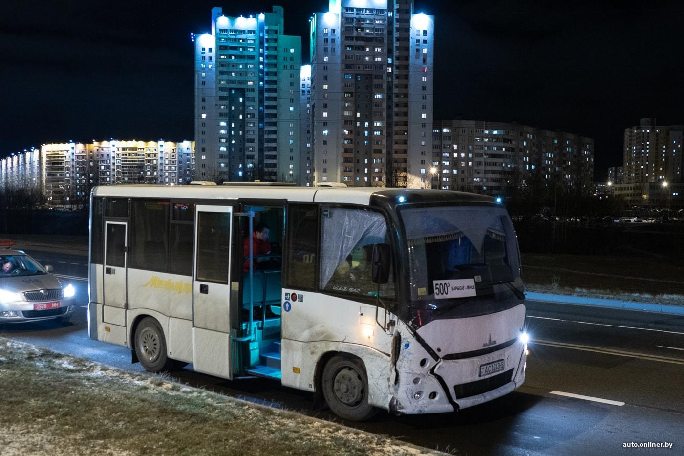 """Борисовский автобус снес легковушку в Минске. Досталось и машине """"Стрелы"""" 1"""
