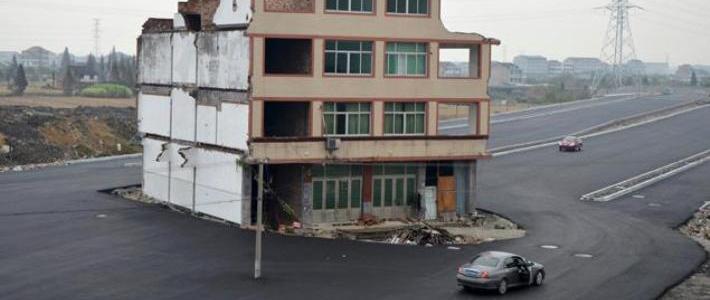 Упрямых китайцев оставили жить в 5-этажном доме посреди нового шоссе