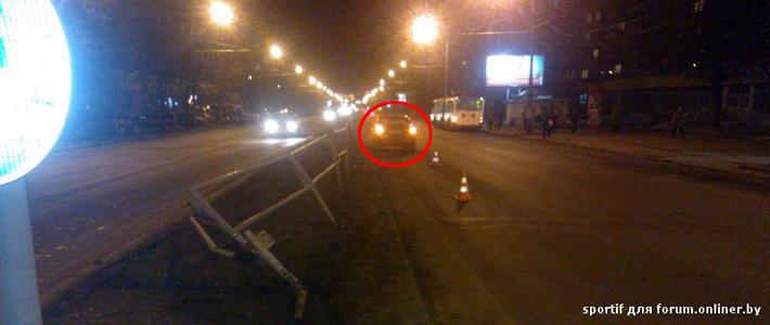 Очевидцы: на ул. Богдановича BMW снес разделительное ограждение, водитель вел себя неадекватно