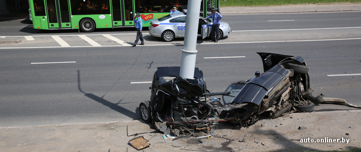 Минск: от удара в столб BMW разорвало на две части, водитель погиб