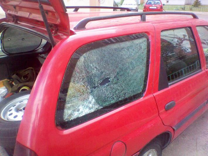 От машины отлетел камень и попал в зад идущей машины в стекло это страховой случий