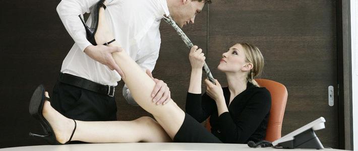 секс на столе кабинета фото