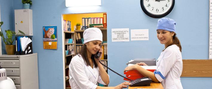 Доктор лечит недотрах своей пациентке