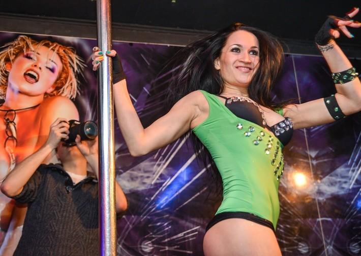 Сексуальная девочка крутит попкой перед камерой стриптиз