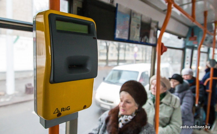 Держит за попу в автобусе смотреть трахает