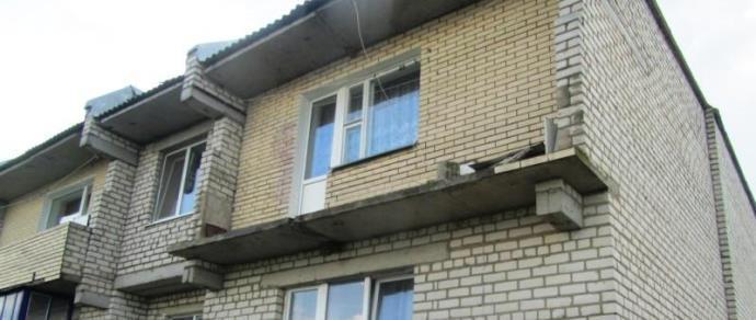 В волковысском районе кирпичное ограждение балкона сдуло вет.