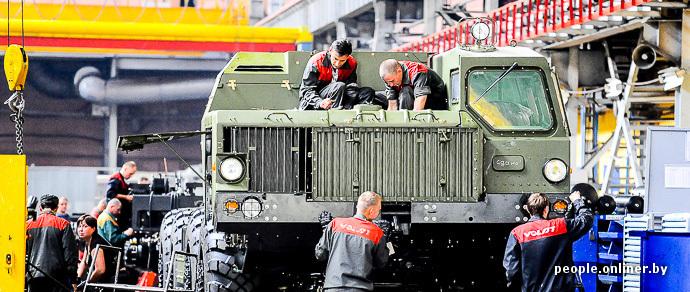 Шасси для новых российских ракет и лучшая зарплата в отрасли. Репортаж с образцового белорусского завода – МЗКТ