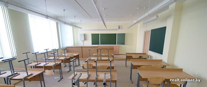 Мама первоклашки из Каменной Горки: «Родителей не пускают в школу, чтобы забрать своих детей из классов. По утрам и после обеда во дворе давка. Это что, тюрьма?»