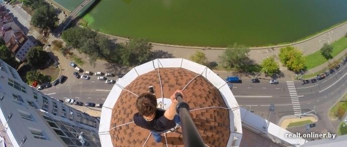 Фотофакт: экстремал тайком забрался на шпиль дома «У Троицкого» и снял столичные виды с помощью камеры GoPro