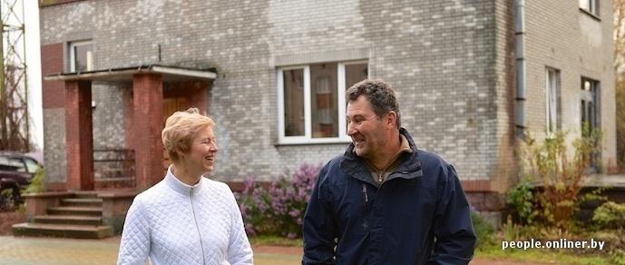 Семейное счастье: успешные супруги-предприниматели держат шестимесячную лису как домашнего питомца