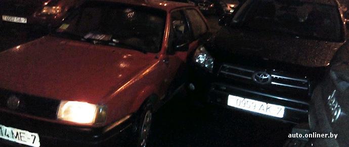 В Минске неадекватный водитель Volkswagen врезался во дворе в кроссовер Toyota