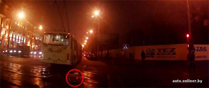 У минского троллейбуса на ходу отвалилась дверь