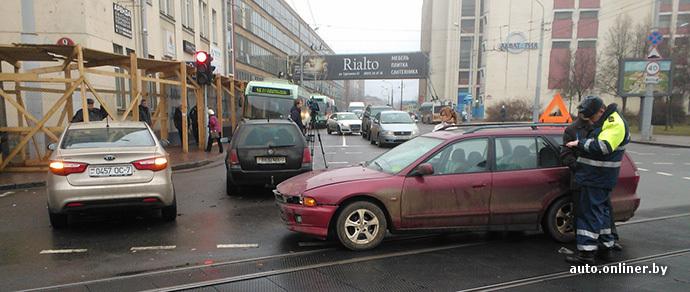 Из-за мелкой аварии на минском перекрестке движение трамваев и троллейбусов было заблокировано