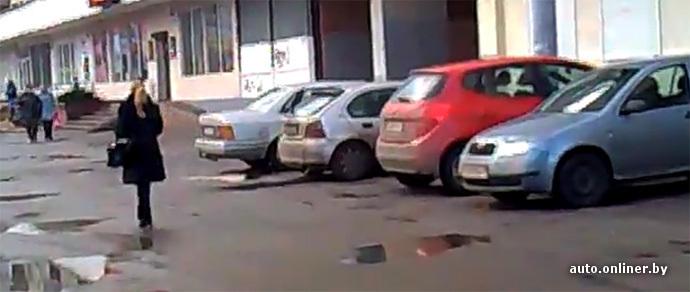 Столичные водители устроили стоянку на широком тротуаре улицы Богдановича