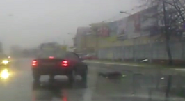 Видеофакт: водитель Audi сбил женщину при повороте