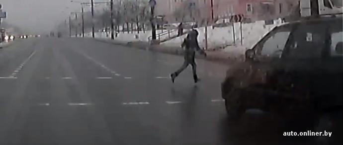 В Минске на пешеходном переходе с неработающим светофором едва не сбили ребенка