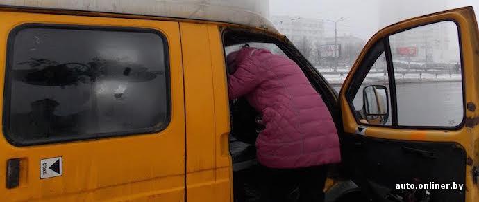 Из-за заклинившей сдвижной двери пассажирам маршрутки пришлось перелезать через переднее сиденье, чтобы выйти