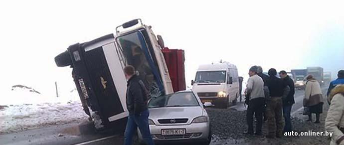 На слуцкой трассе опрокинувшийся МАЗ прижал Opel