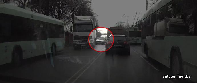 Очевидец: в Минске Renault едва не оказался между фурой и груженым МАЗом