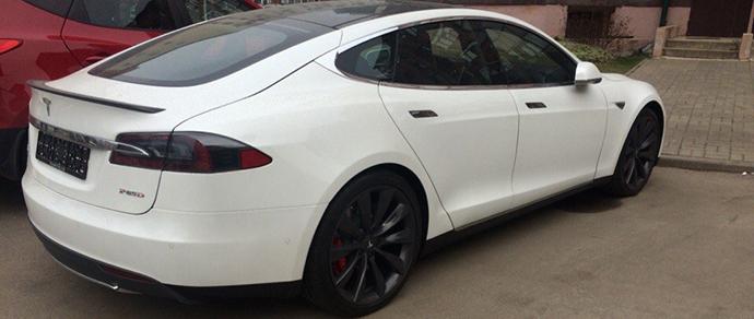 По минским улицам ездит полноприводный Tesla Model S P85D